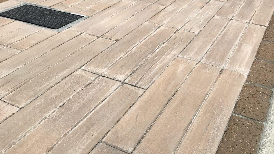 コンクリート製の擬木 ヴィンテージの質感がナチュラルさをプラスしてくれてます。