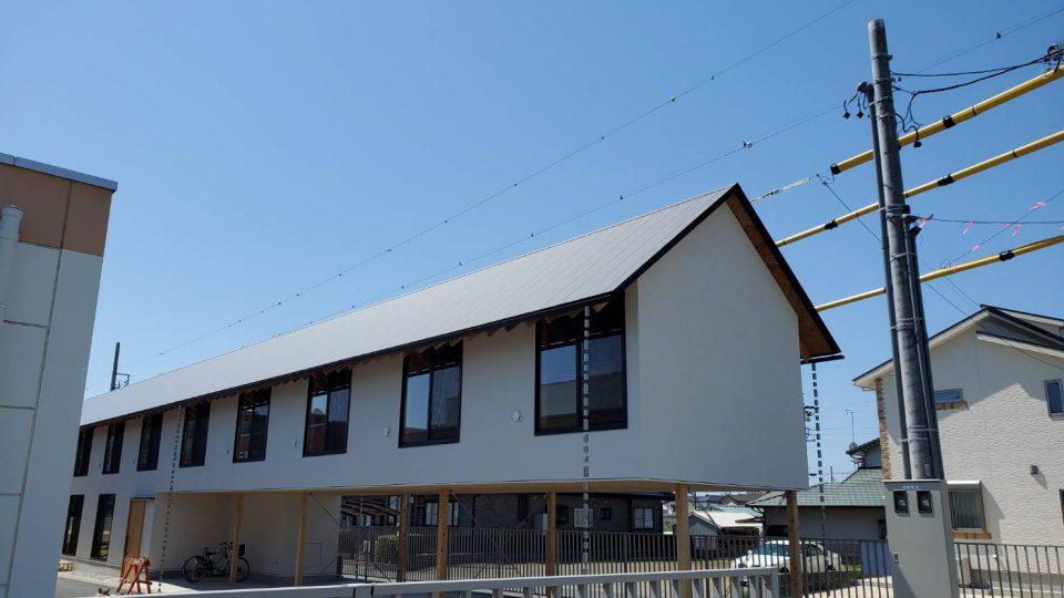 フラットな見た目が美しい屋根材を使用しました。