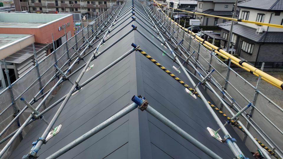 急な8寸勾配 屋根上にも足場を掛けての作業でした。