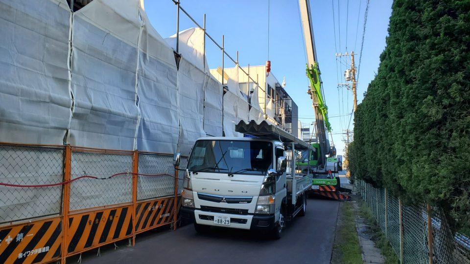 荷台の長い材料が屋根材です。