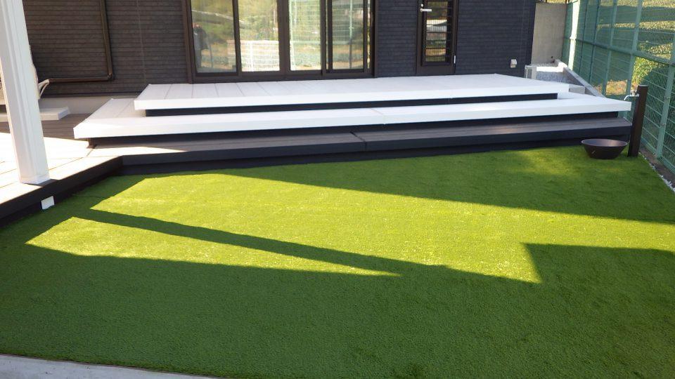 手入れの簡単な人工芝 モノトーンに鮮やかな緑が映えます